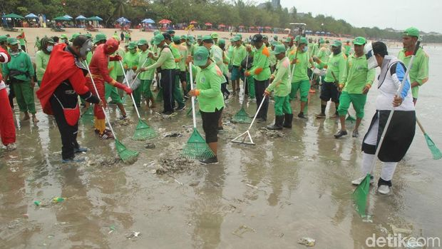 Batman Sampai Sinterklas Bersih-bersih Pantai Kuta, Bali