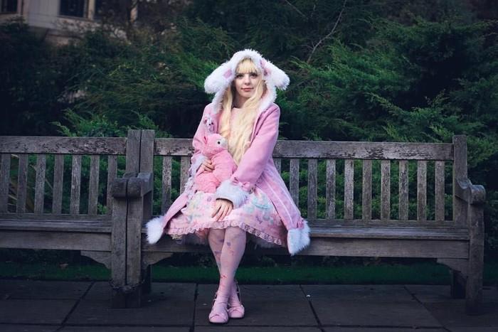 Jade Smith menghabiskan biaya mencapai lebih dari Rp 357 juta untuk bisa seperti boneka. Di antaranya untuk membeli baju, sepatu, aksesoris, termasuk wig dan lensa kontak. Baju-baju ini saya datangkan langsung dari Jepang dan Korea, katanya. (Foto: Instagram/princessjadette)