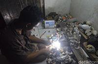 Kisah Andri 'Dokter Lampu' Berkursi Roda di Cirebon