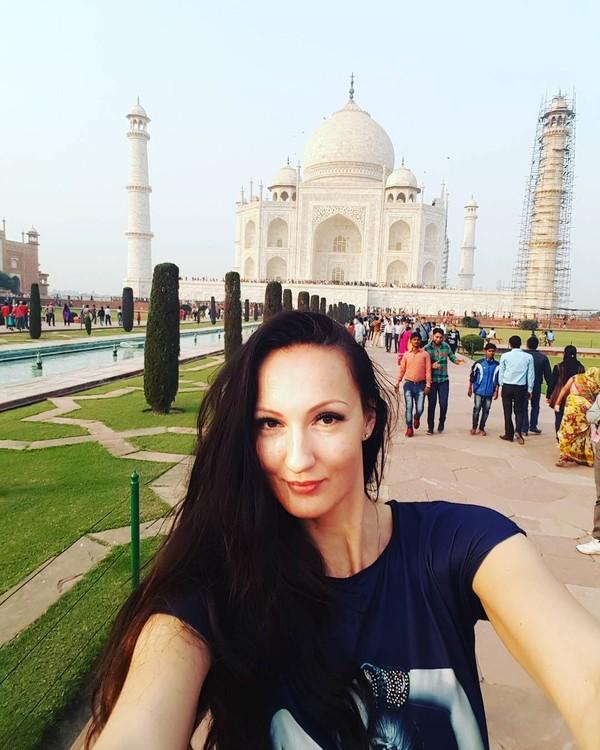 Ekaterina juga pernah selfie di depan Taj Mahal. Dengan tinggi badannya, tak sulit bagi Ekaterina selfie dengan seluruh Taj Mahal masuk ke dalam frame kameranya. (Instagram/Ekaterina Lisina)
