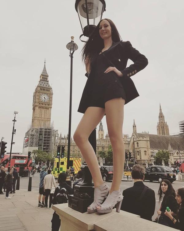 Ekaterina Lisina (29), adalah wanita asal Rusia yang berprofesi sebagai model. Ekaterina ini badannya tinggi banget: 205,7 cm. Oleh Guiness Book of Records, Ekaterina dinobatkan sebagai Wanita dengan Kaki Terpanjang Sedunia. (Instagram/Ekaterina Lisina)