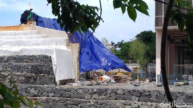 Tim Puslabfor Polri mendatangi area proyek apartemen Pakubuwono Spring, Kebayoran Lama, Jakarta Selatan, Kamis (28/12/2017)