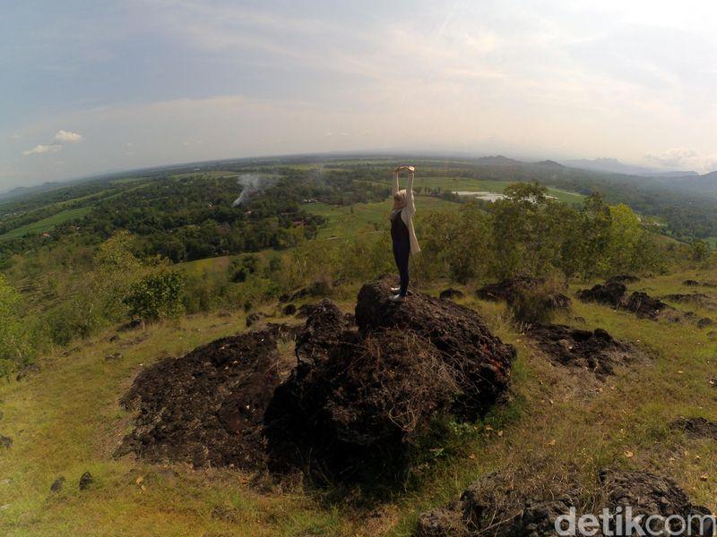 Bukit Panggringan terletak di Desa Padas, Kecamatan Bungkal, Ponorogo. Bukit ini jadi spot kekinian buat anak-anak muda di sana yang mau foto-foto asyik selama liburan akhir tahun. (Charolin/detikTravel)