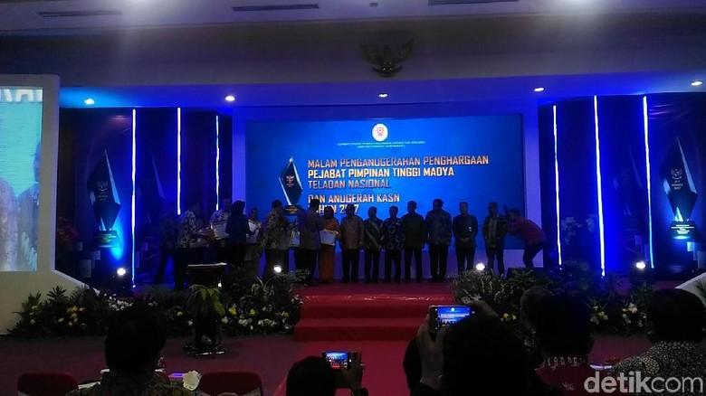 MenPAN-RB Beri Penghargaan kepada Pejabat Teladan Nasional