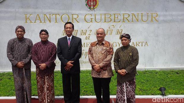 Pintu gerbang kantoir gubernur DIY lewat Jl Suryatmajan