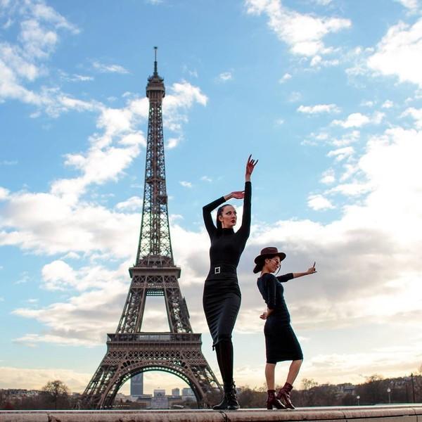 Panjang kaki Ekaterina mencapai 132,8 cm. Berpose di depan Menara Eiffel, Ekaterina pun tampak lebih tinggi dibandingkan model lain di sebelahnya. (Instagram/Ekaterina Lisina)