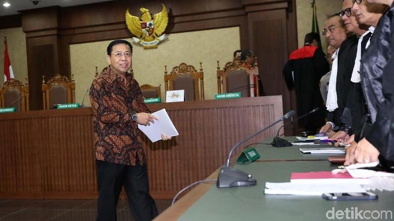 Momen Setya Novanto Bawa Map Putih hingga Buku Hitam