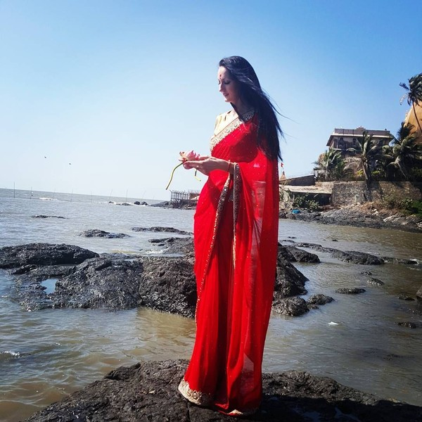 Ekaterina terlihat cantik mengenakan sari. Ini saat dia berada di Mumbai, India. (Instagram/Ekaterina Lisina)