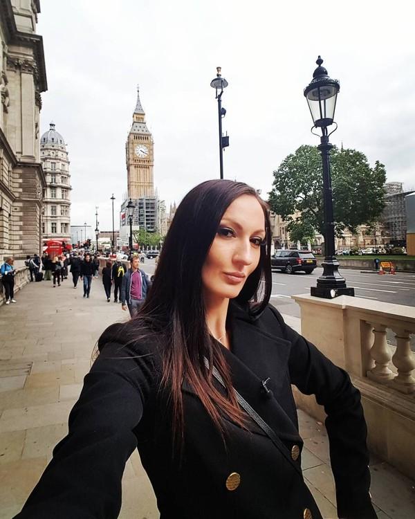 Lewat Instagram, Ekaterina kerap pamer berbagai gaya liburannya. Ini Ekaterina saat berpose di depan Big Ben, landmark paling tersohor di Kota London dan seantero Inggris. (Instagram/Ekaterina Lisina)