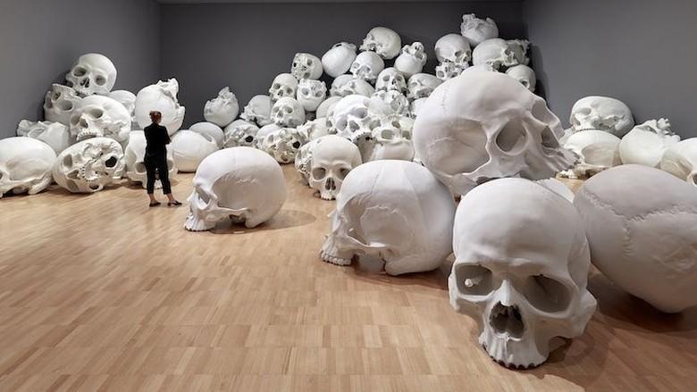 Seniman Australia Ciptakan Ratusan Tengkorak Raksasa di Sebuah Museum