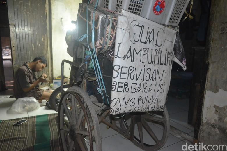 Kisah Andri Dokter Lampu Berkursi Roda di Cirebon