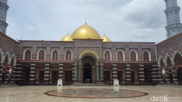 Sesuai namanya, kubah di masjid ini berlapis emas. Menurut cerita sang pemilik, masjid megah ini dimaksudkan untuk menyentuh hati dan mengingatkan umat Muslim akan kebesaran Allah SWT. Zunita Amalia Putri/detikcom
