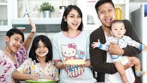 Kompaknya Keluarga Arie Untung dan Fenita