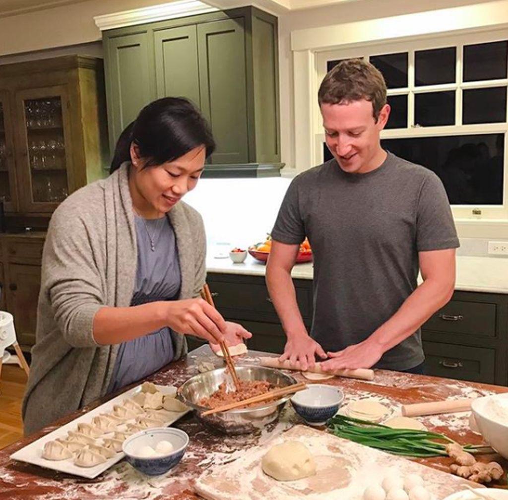 Foto ini dipajang Zuck ketika ia dan istri Priscilla Chan memasak makanan khas China dalam rangka perayaan Imlek. Chan memang keturunan China. Foto: instagram