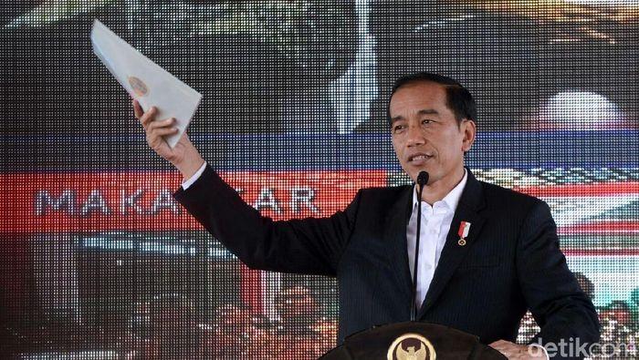 Presiden Jokowi bagi-bagi sertifikat tanah. Foto: Kris-Biro Pers Setpres