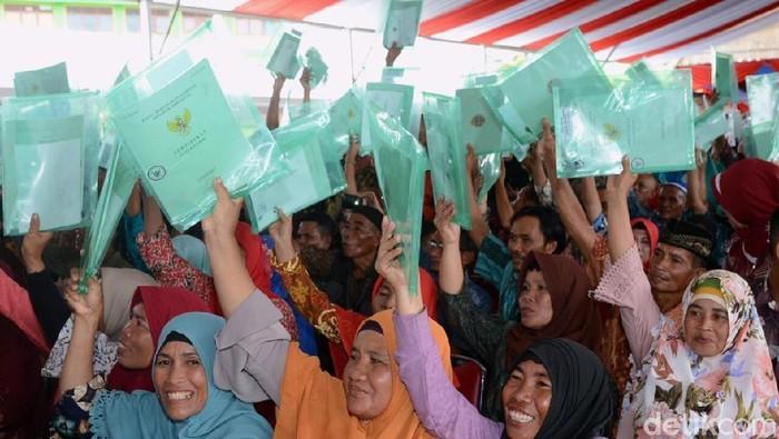 Jokowi bagikan sertifikat tanah di Pontianak.