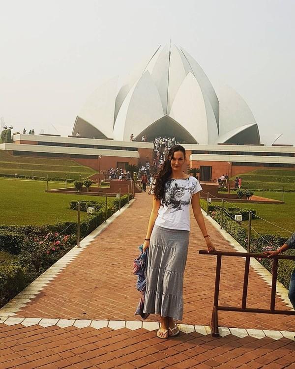 Ekaterina tampak menikmati waktu liburannya di India. (Instagram/Ekaterina Lisina)