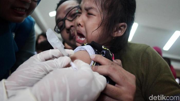 Ilustrasi suntik difteri (Foto: Lamhot Aritonang)