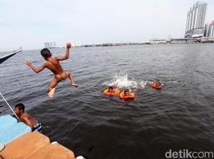 Semringahnya Anak-anak Muara Angke Mandi di Air Keruh