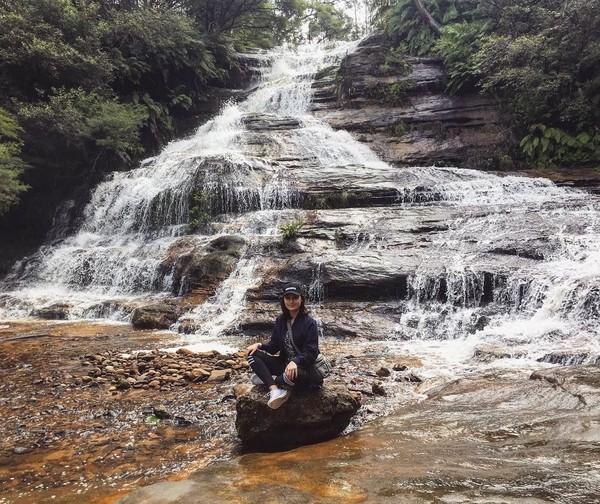 Ia juga terlihat mengunjungi beberapa landmark dari sebuah negara dan tempat-tempat wisata alam (Instagram/tatjanasaphira)