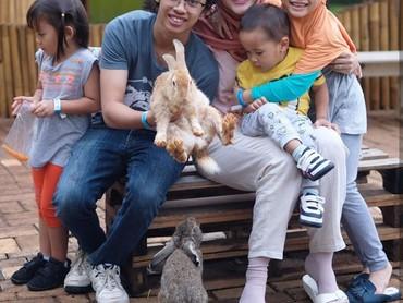 Si sulung Bhumi udah gede banget ya. Kakak Bhumi yang pegang kelinci, adik-adik hanya melihat saja. (Foto: Instagram Zaskia Mecca)