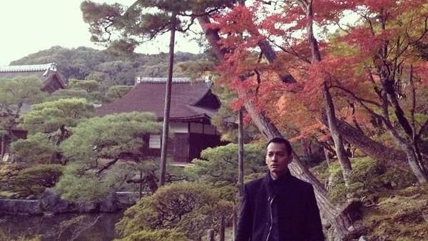 Foto: Fedi juga pernah liburan ke Jepang. Fedi tampak sangat menikmati liburan musim gugurnya di Kota Kyoto. (Instagram/Fedi Nuril)