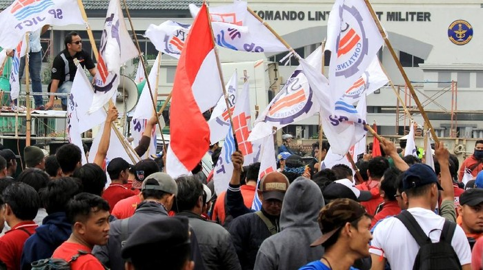 Ratusan pekerja PT Empco Trans Logistic yang tergabung dalam Serikat Pekerja Container (SPC) melakukan unjuk rasa di kawasan JICT, Pelabuhan Tanjung Priok, Jakarta Utara, Jumat (29/12).