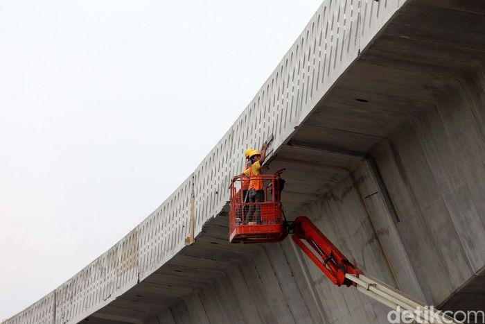 Sejumlah pekerja melakukan proses pembangunan tahap akhir Flyover Pancoran di Jakarta, Jumat (29/12/2017).