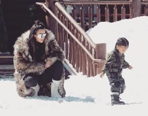 Kreatif! Kim Kardashian Buatkan Hot Dog Sushi untuk North dan Saint