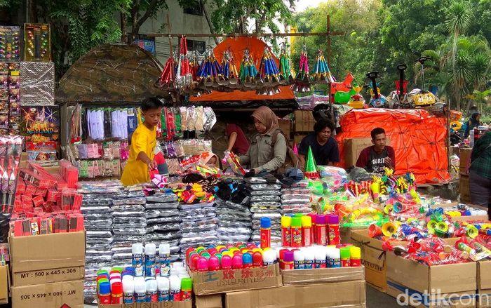 Jelang pergantian tahun sejumlah pedagang di Pasar Asemka, Jakarta, mulai menjajakan pernak-pernik khas untuk menyambut tahun baru 2018.