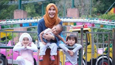 Aksi Lucu Anak Zaskia Mecca Saat Mendandani sang Kakak
