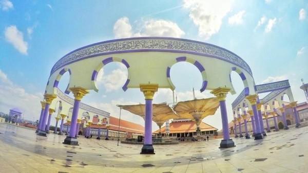 Keempat ada Masjid Agung Jawa Tengah. Jika Anda merindukan suasana Masjid Nabawi Madinah, Anda bisa mampir ke Masjid Agung Semarang. jetranirezadias/dTraveler