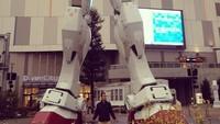 Foto: Tak ketinggalan, Fedi juga berpose di depan patung Gundam raksasa di Odaiba, Tokyo, Jepang. (Instagram/Fedi Nuril)