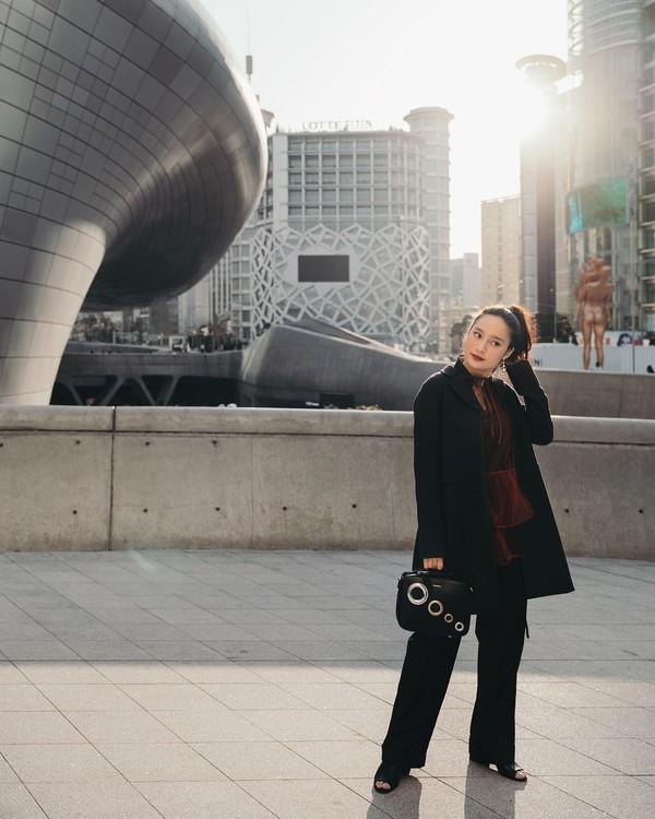 Nah, Tatjana selalu tampil fashionable ketika traveling dengan paduan pakaian yang menarik. Bisa jadi insipirasi ketika traveling nih! (Instagram/tatjanasaphira)