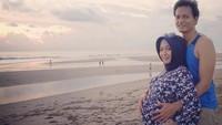 Foto: Sebagai pria sayang istri, Fedi Nuril tampak mengajak istrinya yang tengah hamil besar untuk liburan menikmati keindahan pantai di Bali. Wah, suami idaman banget ya! (Instagram/Fedi Nuril)