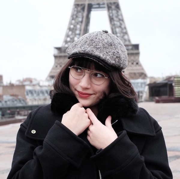 Mengunjungi Menara Eiffel di Paris, posenya pun juga senada (Instagram/tatjanasaphira)