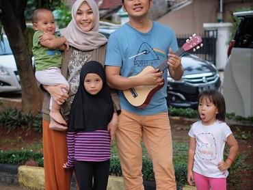 Ayah Hanung Bramandito yang memetik gitar kecil, istri dan anak-anaknya yang menyanyi. (Foto: Instagram Zaskia Mecca)