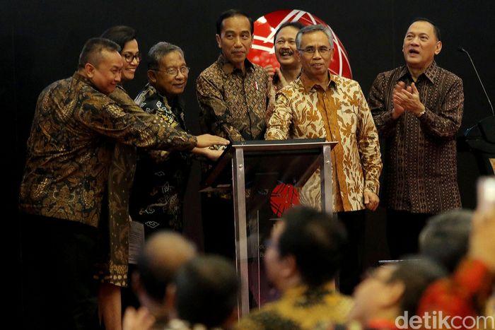 Presiden Jokowi saat menutup perdagangan saham tahunan di Bursa Efek Indonesia (BEI) sore ini, Jumat (29/12/2017).
