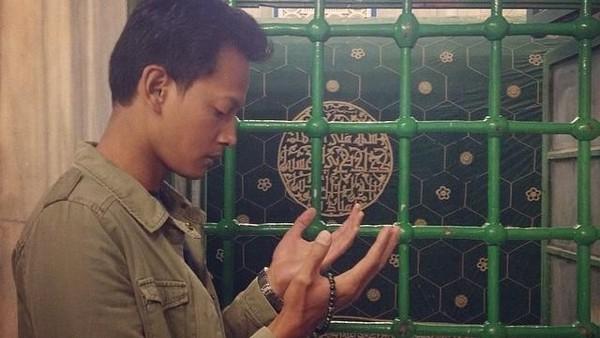 Foto: Fedi Nuril juga menyempatkan diri berdoa di depan makam Nabi Ibrahim, AS. Situs makam ini terletak di Kota Hebron, tepi barat Palestina. (Instagram/Fedi Nuril)