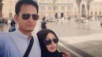 Foto: Pemeran Fahri yang asli ternyata pria yang sayang istri. Ini momen saat Fedi umroh bersama sang istri tercinta. (Instagram/Fedi Nuril)