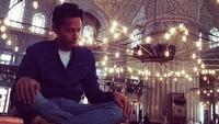 Foto: Sosok Fahri yang saleh ternyata tak hanya ada di film. Fedi yang asli menyempatkan beribadah di dalam Blue Mosque di Turki di sela-sela kegiatan syuting filmnya. Masyaallah.. (Instagram/Fedi Nuril)