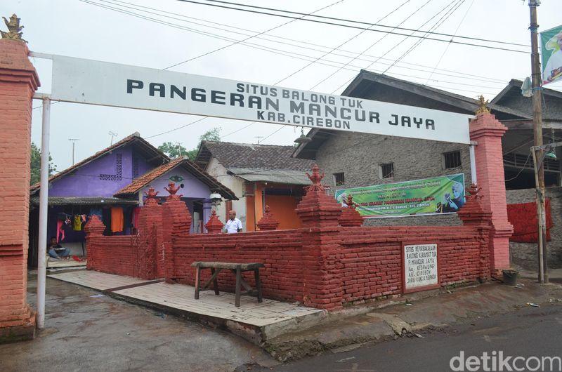 Situs Balong Tuk Pangeran Mancur Jaya berada di Desa Tuk, Kecamatan Kedawung, Kabupaten Cirebon, Jawa Barat. Masyarakat sekitar mengeramatkan situs tersebut. Bahkan, diyakini sebagai penawar penyakit (Soedirman Wamad/detikTravel)