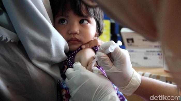 Ilustrasi pemberian vaksin difteri (Foto: Lamhot Aritonang)
