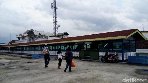 Menyusuri Skybridge Penghubung Terminal dan Stasiun di Solo