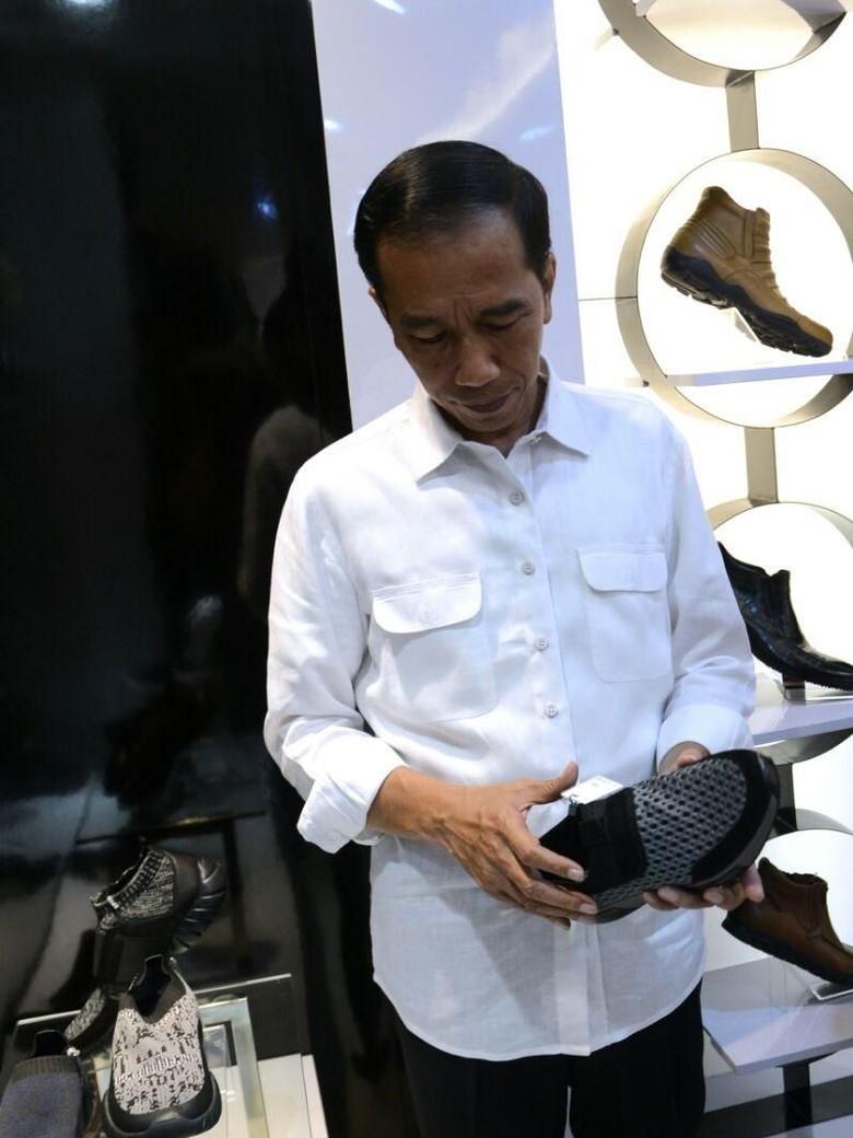 Momen Jokowi Beli Sepatu Kotak-kotak dan Ngopi Rp 9 Ribu