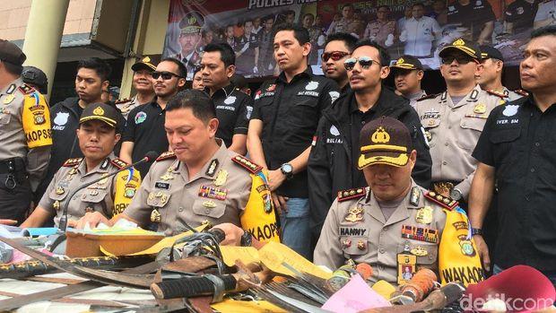 647 Preman Ditangkap di Jakarta Barat, Samurai hingga Senpi Disita