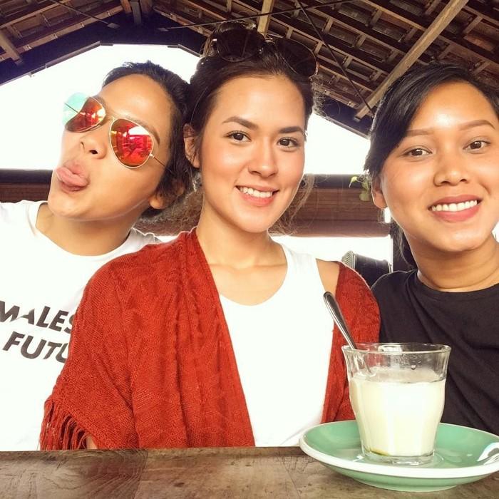 Liburan bersama dua sahabatnya di Bali, Raisa mampir ke Titik Temu Coffee. Nampak ketiganya berpose di depan minuman yang mereka nikmati. Quality time with quality friends, tulis Raisa. Foto: Instagram raisa6690