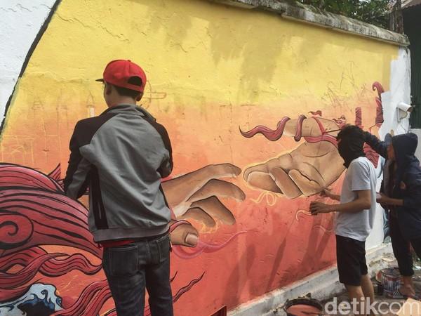 Mural dengan tema Makassar yang Berbudaya sebagian permukaan tembok pembatas dicat ulang dengan mural yang membawa pesan positif bagi masyarakat. (Ibnu Munsir/detikTravel)