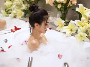 Life Is Good, Intip Gaya Mewah Sosialita Cantik Singapura Relaks di Bathtub