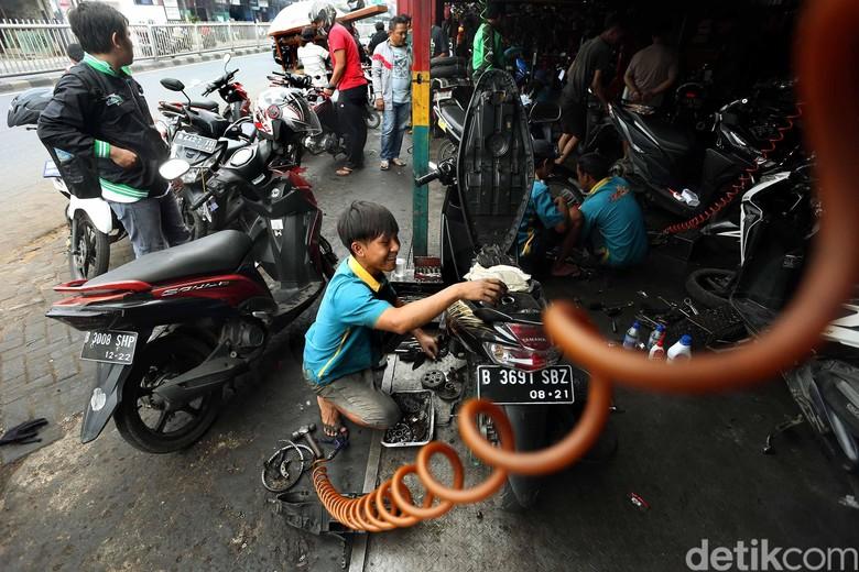 Servis motor. Foto: Rengga Sancaya